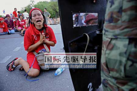 """4月13日,一名""""红杉军""""抗议军警阻挠示威活动。法新社"""