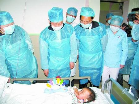 昨天上午,副省长宋璇涛专程到郑大三附院看望手足口病患儿小王然。