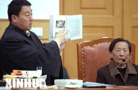 夏淑琴(右)在法庭上 资料图