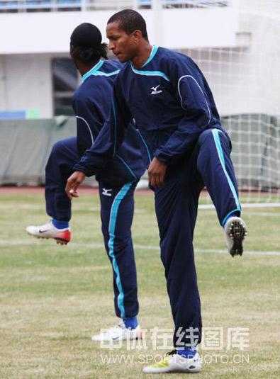 图文:[中超]陕西队长春备战 身体拉伸训练