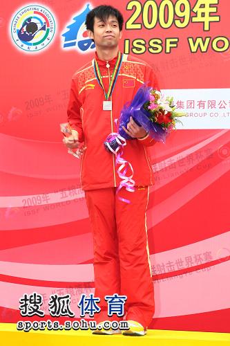 朱启南在领奖台上