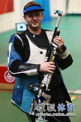 图文:射击世界杯10米气步枪 冠军匈牙利塞迪