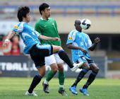 图文:[中超]大连3-1杭州 王圣比赛中防守