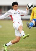 图文:[中超]长春0-0陕西 曹添堡脚尖轻挑