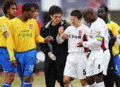图文:[中超]长春0-0陕西 麦凯被护送下场