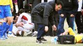 图文:[中超]长春0-0陕西 工作人员救治麦凯