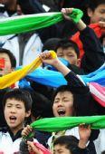 图文:[中超]长春0-0陕西 孤儿学校学生观战