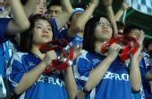 图文:[中超]广药3-1重庆 球迷鼓掌助威