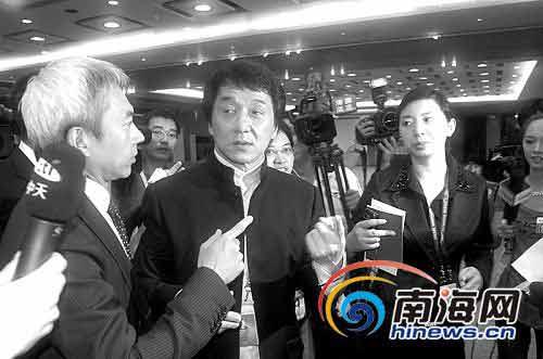 """博鳌亚洲论坛2009年年会""""创意亚洲""""分论坛结束后,记者们""""长枪短炮""""一拥而上围住成龙。"""