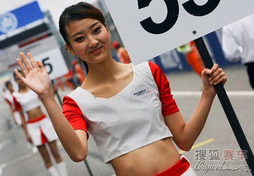 图文:f1中国站美女 对着镜头打招呼