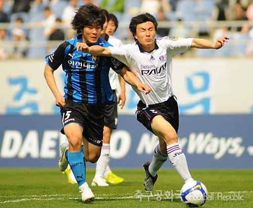 拦截他人�y.���K�_图文:[k联赛]仁川0-0水原 李玮峰拦截对手