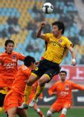 图文:[中超]青岛2-1成都 季铭义比赛中争顶