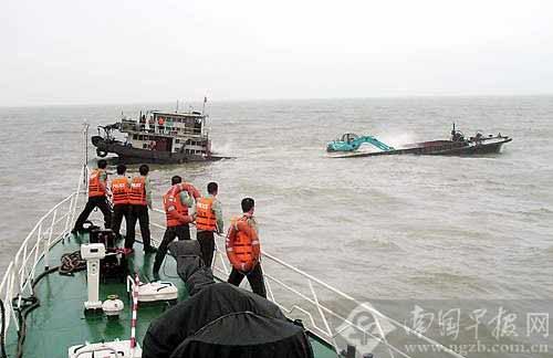遇险船只船体下沉。
