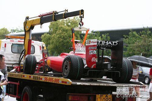 图文:F1中国站正赛 马萨的赛车被拖走