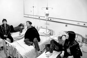 中毒者在医院接受治疗 本报记者 阚旋 摄