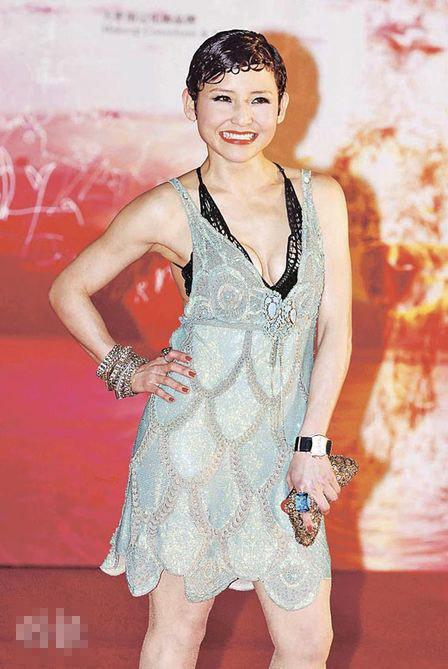 刘美君性感又自信,她风骚地摆出不同pose