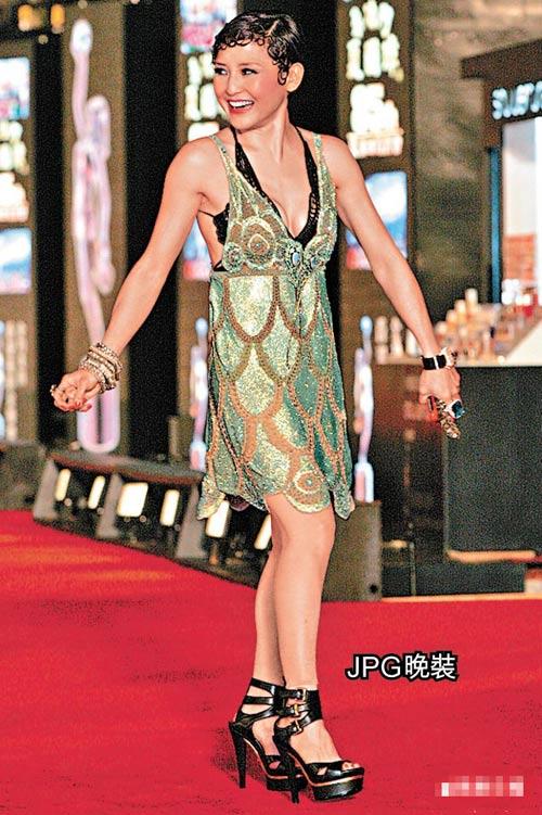 刘美君以逾二十万元战衣示人,可惜加上黑色蕾丝bra不伦不类