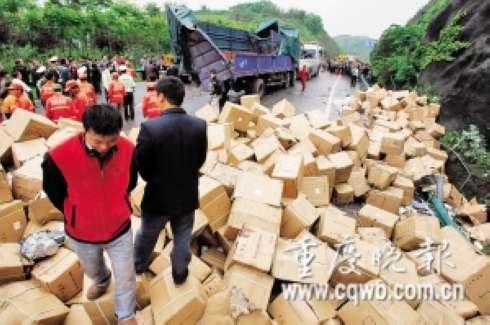 货车侧翻后散落的货物在高速路上堆成小山 记者 吴子敬 摄