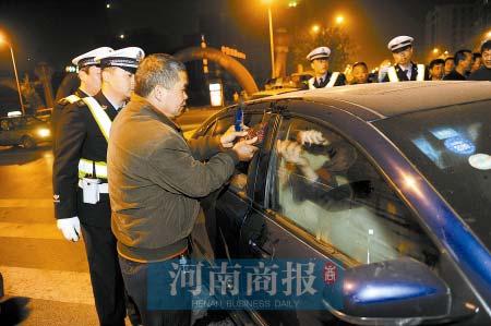 民警在锁匠配合下向车内喷催泪喷剂