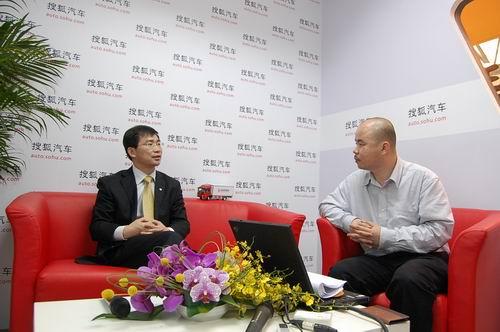 东风商用车公司副总经理黄刚接受搜狐汽车采访