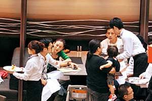 谢霆锋一家三口到餐馆喝下午茶,本来共享天伦很温馨,但两人说着说着情绪越来越激动,张柏芝说到青筋暴现,谢霆锋黑脸。