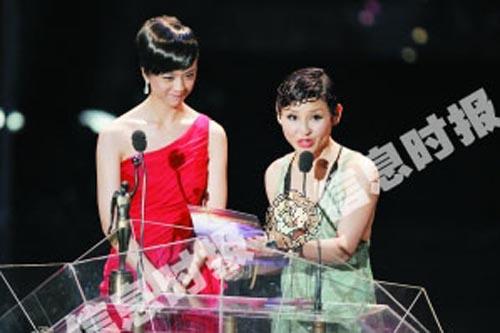 汤唯(左)和刘美君颁发新人奖