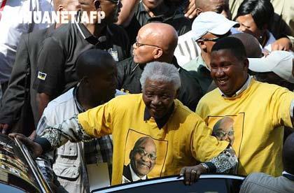 4月19日,在南非约翰内斯堡的埃利斯公园球场,南非前总统曼德拉(中)准备离开南非执政党南非非洲人国民大会(非国大)选前最后一次竞选集会现场。南非定于4月22日举行总统选举。各大党派19日举行选前最后一次竞选造势活动。新华社/法新