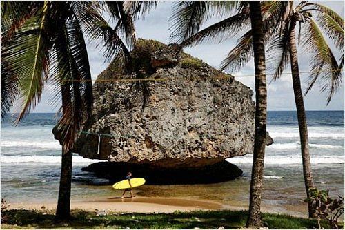 巴巴多斯的东海岸干净、漂亮,巨大的海浪最适合户外人士冲浪。