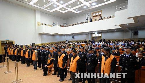 """资料图片:2008年4月29日,西藏自治区拉萨市中级人民法院举行宣判大会,对拉萨""""3·14""""打砸抢烧严重暴力事件中的部分犯罪案件,依法进行公开宣判。 新华社记者 觉果 摄"""