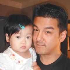 孙志浩(右)不想让梧桐妹在单亲家庭中长大
