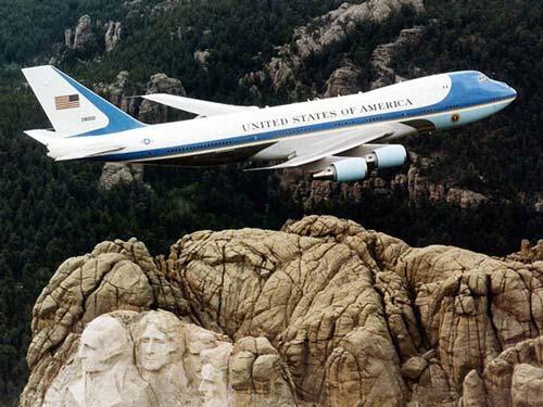 资料图:美国空军一号在山区飞行
