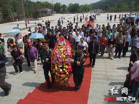 """""""红色故土行""""代表团怀着无比崇敬地心情在毛泽东铜像广场举行敬献花篮仪式。"""