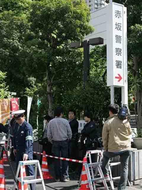 草剪刚被捕后,大批记者赶到警察局门口