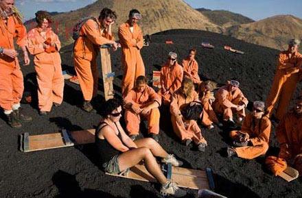 人们聚集在火山顶