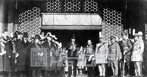 """1918年11月28日,大总统徐世昌在""""庆祝第一次世界大战胜利""""大会上致词,向各国公使致意,称""""公理战胜强权""""。资料图片"""