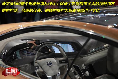 两侧的数字式仪表提供所有其它信息,构成两个翅膀.车速里程表设计高清图片
