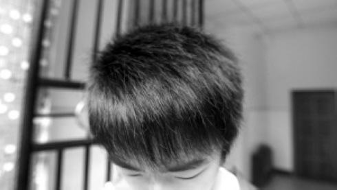 一学生展示他不符合学校标准的发型图片