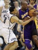 图文:[NBA季后赛]湖人VS爵士 科比德隆争抢