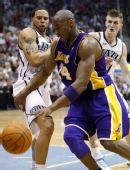 图文:[NBA季后赛]湖人VS爵士 科比持球突破