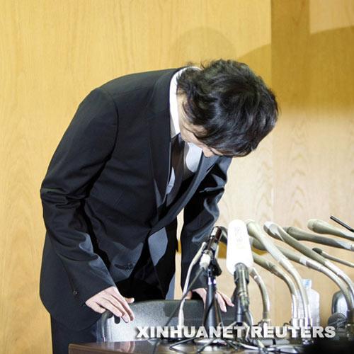 日本明星草彅刚在新闻发布会上鞠躬