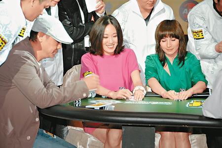 超仪(右)在赌桌上大晒冷,唯最后仍败给刘青云。