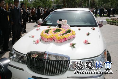 图文:李佳薇李超婚礼现场 白色加长林肯