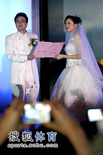 图文:李佳薇李超婚礼现场 新郎新娘展示证书