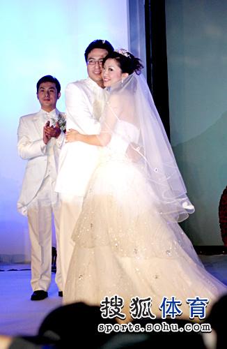 图文:李佳薇李超婚礼现场 浓情相拥爱意尽显