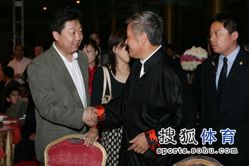 赵本山与郑建握手