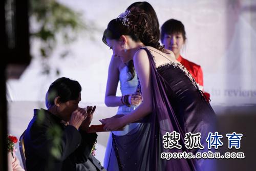 图文:李佳薇李超婚礼现场 李佳薇正在敬茶