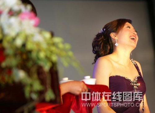 图文:李佳薇李超婚礼现场 李佳薇笑得开心