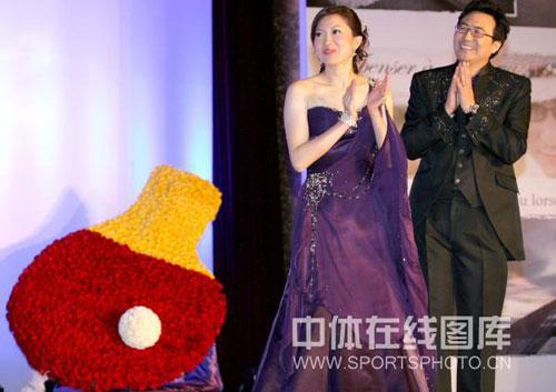 图文:李佳薇李超婚礼现场 李佳薇鼓掌欢迎