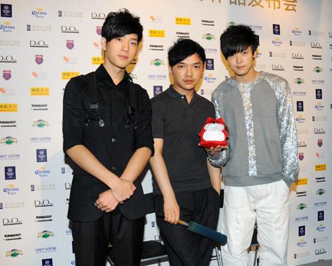 服装设计师周祥宇(中)和BOBO