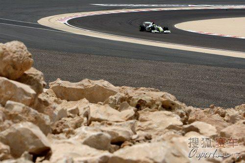 图文:F1巴林站第三次练习赛 巴顿在弯道中
